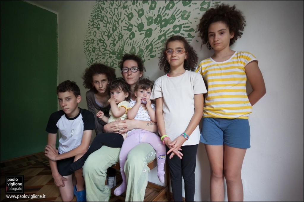 Elena Durbano, organizzatrice del raduno dei gemelli di Cartignano, e i suoi sei figli, Cartignano